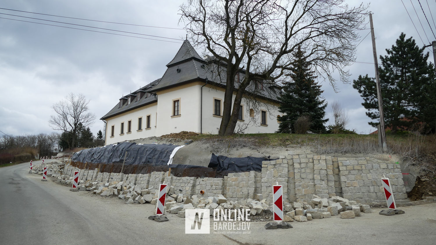 V Raslaviciach rastie vyše 200 metrový oporný múr. Konštrukcia dosiahne v jednom úseku výšku takmer piatich metrov