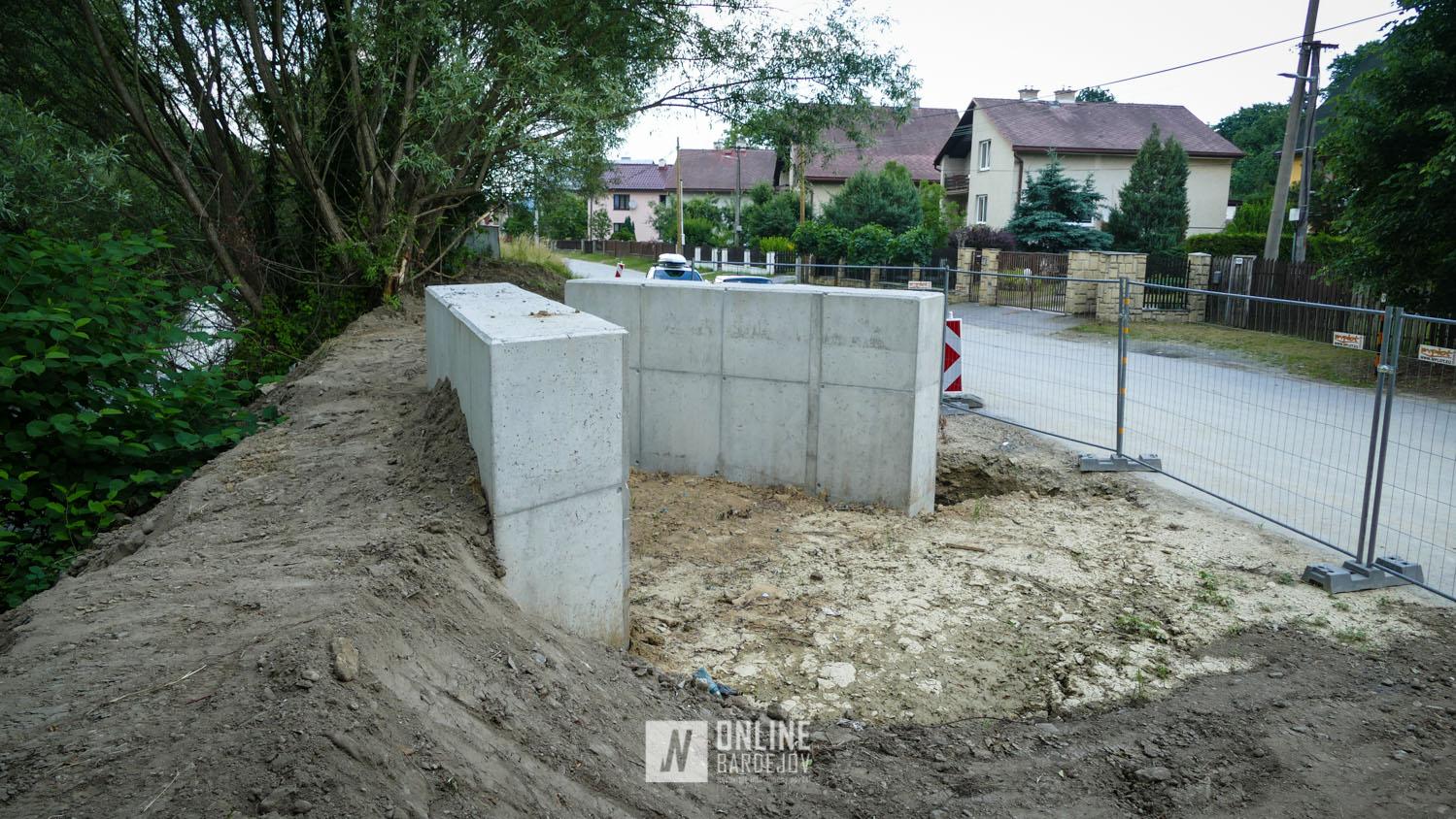 Cyklolávka na ulici Pod Lipkou má hotový základ. Nasledovať bude osadenie oceľovej konštrukcie.