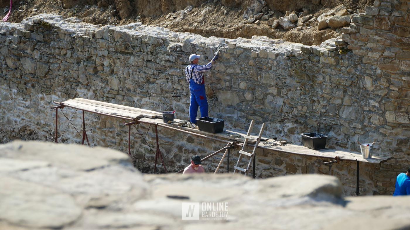 Juhovýchodná časť opevnenia naberá nové rysy. Mestské hradby sú každým rokom rozsiahlejšie.