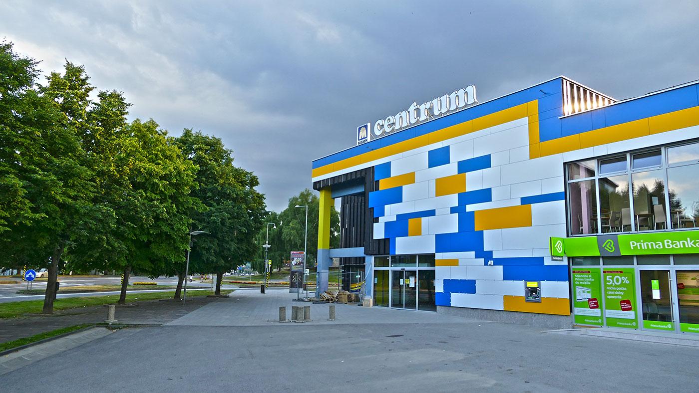OD Centrum hýri farbami. Výrazný dekor zmenil ošumelú budovu na nepoznanie.