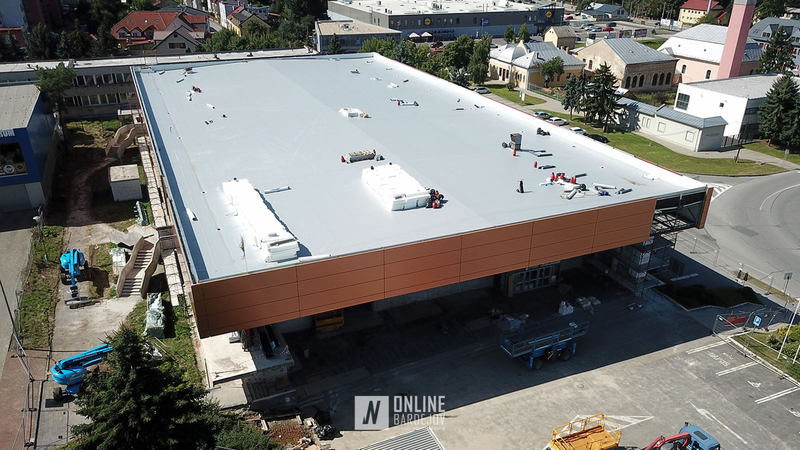 Pozrite si vynovenú strechu športovej haly a fasádny obklad v detailoch